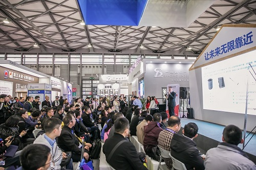 speaker talks about cutting-edge technologies in architecture and design at educational event at the trade fair